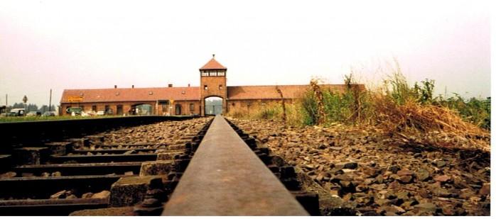 Quai de déchargement d'êtres humains. Auschwitz-Birkenau (photo Pierre M. Août 2001)