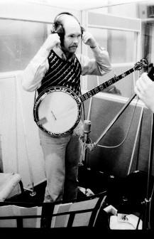 Pour le grillon, Bill utilise  deux techniques de Banjo différentes en même temps !